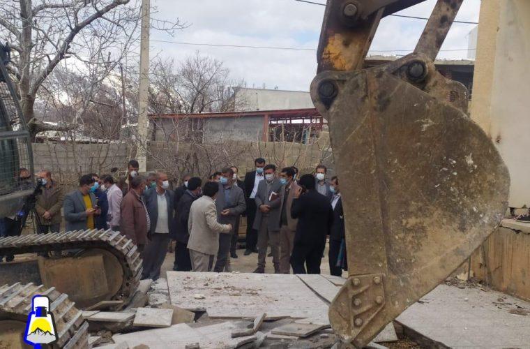 معاون عمرانی استاندار کهگیلویه و بویراحمد خبر داد:شروع تخریب اولین خانه احداثی در سی سخت+تصاویر