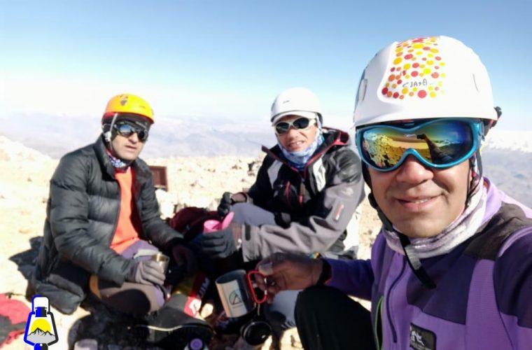 به مناسبت یادبود جانباختگان پرواز تهران یاسوج ؛ صعود یک روزه کوهنوردان کهگیلویه و بویراحمدی به ۴ قله دنا+عکس